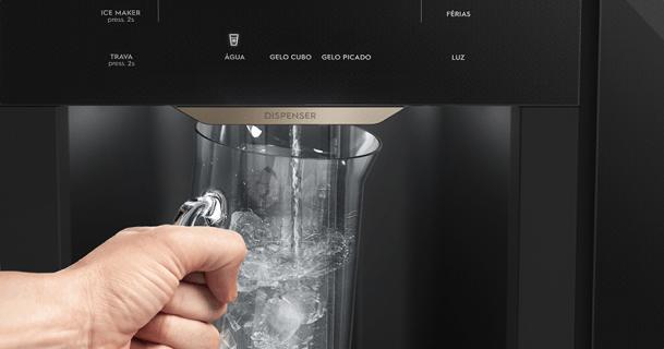 Dispenser de gelo e água na porta
